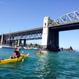 Passar de caiaque debaixo dessa ponte enorme foi bem legal.